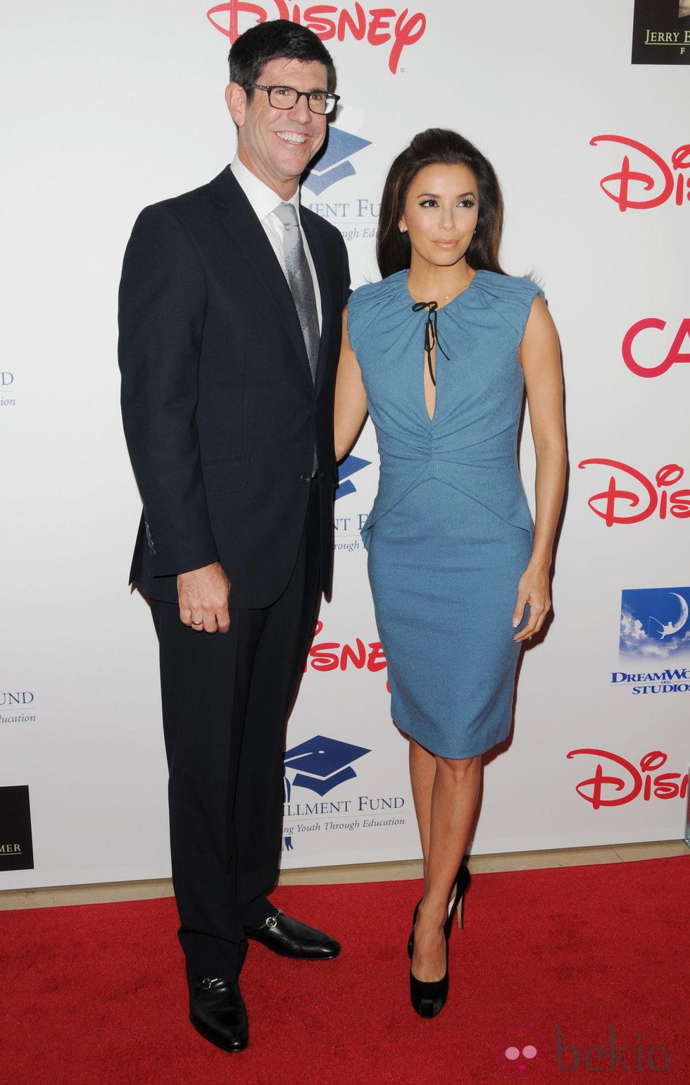 Eva Longoria y Rich Ross en una gala benéfica en Los Ángeles