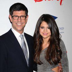 Rich Ross y Selena Gomez en una gala benéfica en Los Ángeles