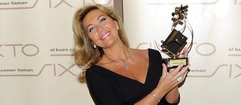 Norma Duval posa con el premio 'Estrella de la Prensa'