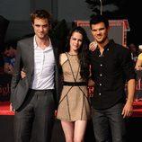 Kristen Stewart, Robert Pattinson y Taylor Lautner en el Teatro Chino de Los Ángeles