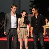 Robert Pattinson, Kristen Stewart y Taylor Lautner dejan su huella en el Teatro Chino de Los Ángeles