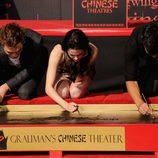 Robert Pattinson, Kristen Stewart y Taylor Lautner firman frente al Teatro Chino de Los Ángeles