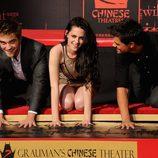 Robert Pattinson, Kristen Stewart y Taylor Lautner plasman sus huellas en el Teatro Chino de Los Ángeles