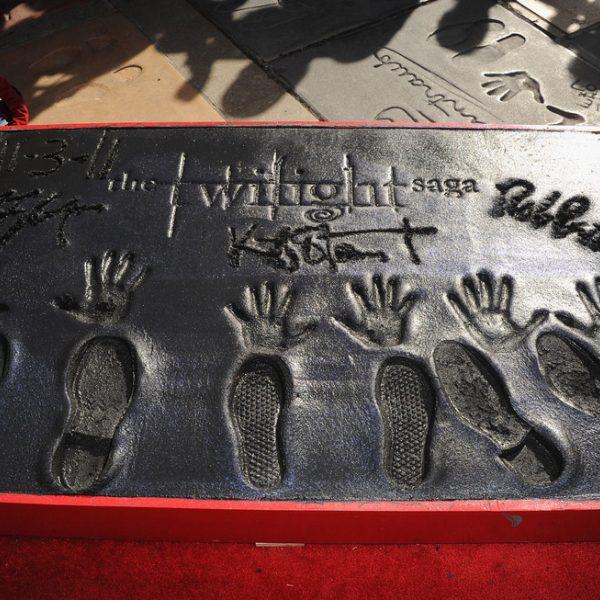 Robert Pattinson, Kristen Stewart y Taylor Lautner dejan sus huellas en el Teatro Chino de Los Ángeles