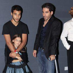 Nasser Saleh y Miguel Ángel Silvestre con muletas en el estreno de 'Verbo' en Madrid