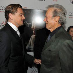 Leonardo Dicaprio saluda a Clint Eastwood en la premiere de 'J. Edgar' en Los Angeles