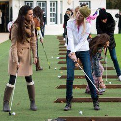 Carla García, candidata de España, juega al golf con la representante de Estados Unidos