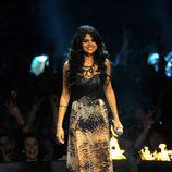 Selena Gomez con un vestido en tonos tierra en los MTV EMA 2011