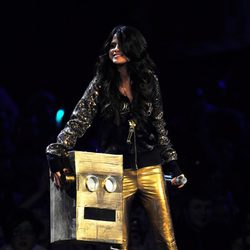 Selena Gomez de negro y dorado en los MTV Europe Music Awards 2011