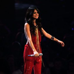 Selena Gomez con un mono rojo en los MTV Europe Music Awards 2011