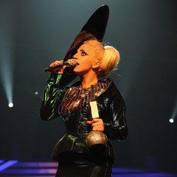 Lady Gaga con su galardón de los MTV Europe Music Awards 2011