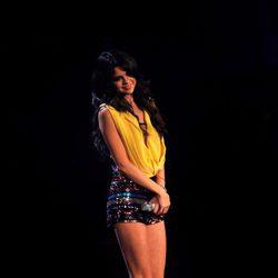 Selena Gomez con unos shorts y un top dorado en los MTV Europe Music Awards 2011
