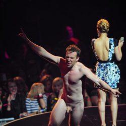 Un hombre desnudo en los MTV Europe Music Awards 2011