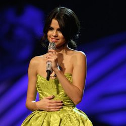 Selena Gomez presenta los MTV Europe Music Awards 2011 con un vestido verde