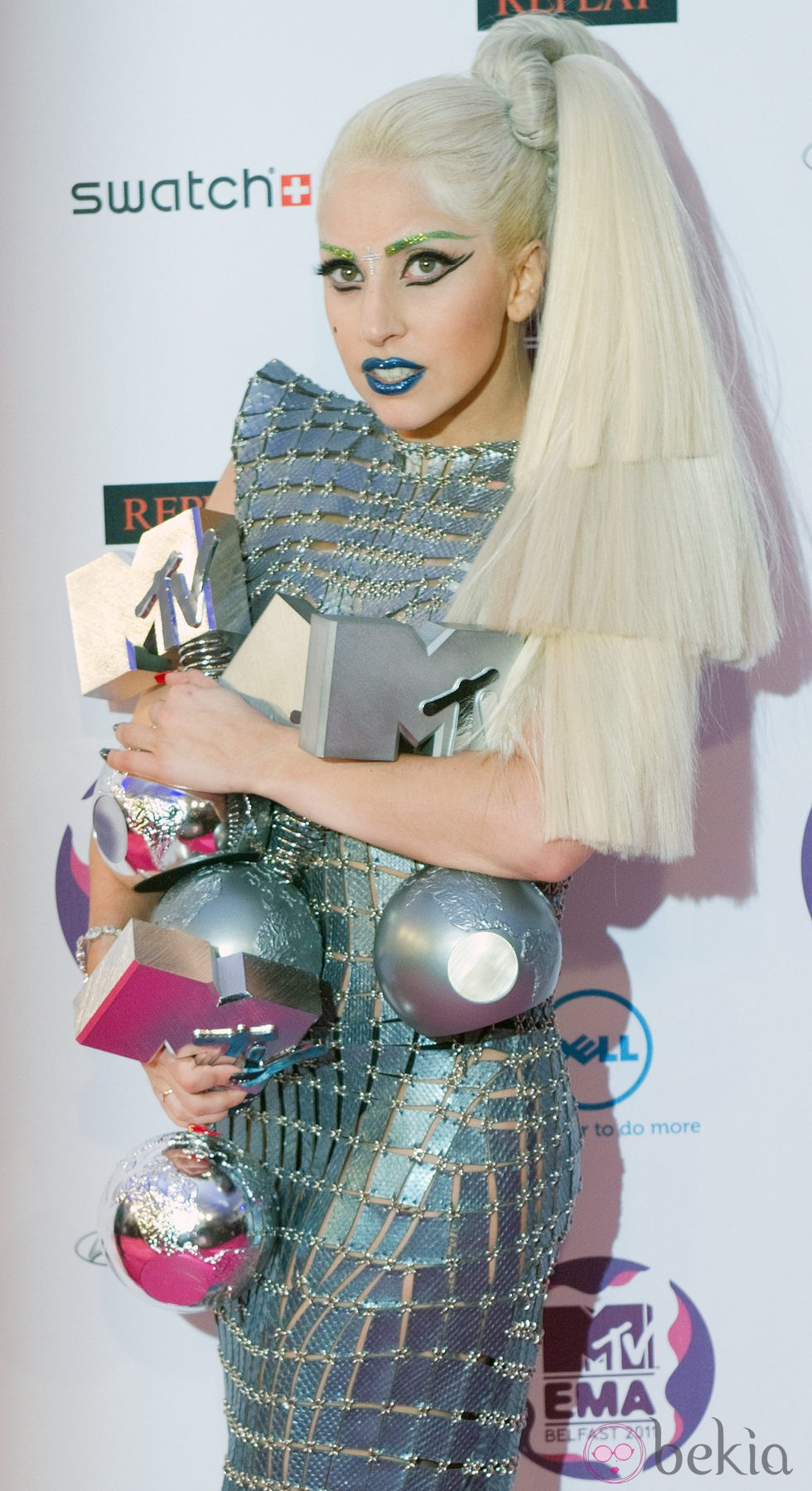 Lady Gaga posa con los cuatro galardones de los MTV EMA 2011