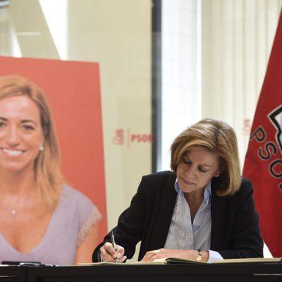 María Dolores de Copsedal firmando en el libro de condolencias en la capilla ardiente de Carme Chacón