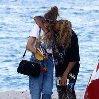 Jaden Smith dando un beso a su novia en una playa