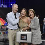 Alyson Eckmann posando con sus padres y el maletín en la final de 'GHVIP5'