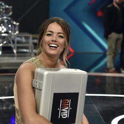 Alyson Eckmann posando con el maletín en la final de 'GHVIP5'