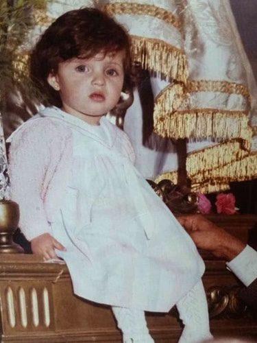 Una pequeña Sara Carbonero sentada en un paso de Semana Santa