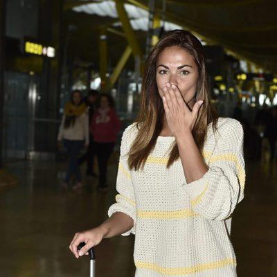 Lara Álvarez lanzando un beso antes de poner rumbo a 'Supervivientes 2017'