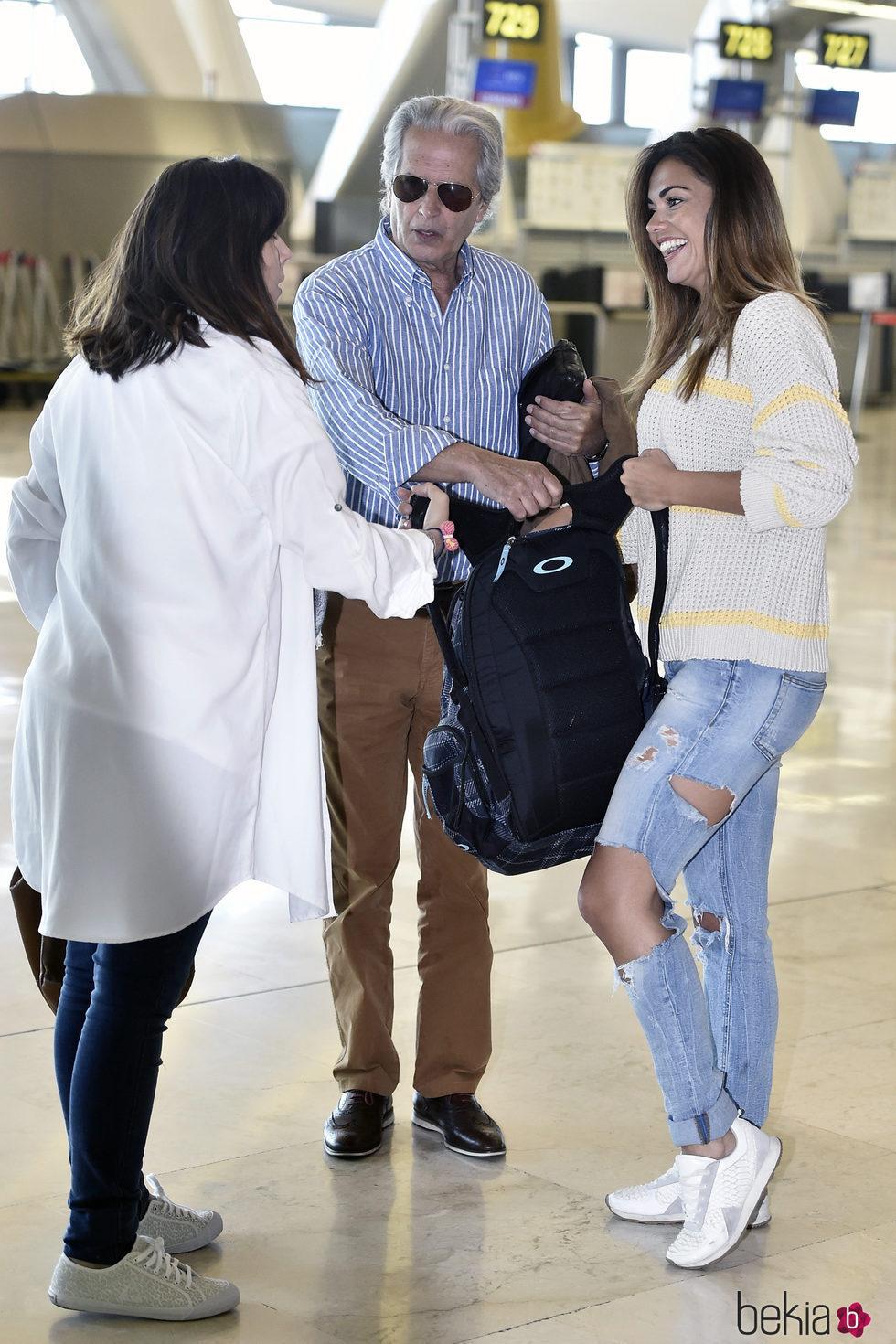 Lara Álvarez despidiéndose de sus padres antes de poner rumbo a 'Supervivientes 2017'