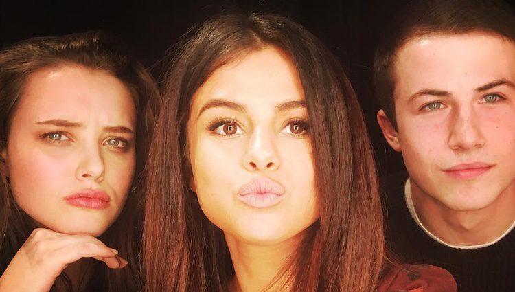 Selena Gomez con Katherine Langford y Dylan Minnette en el set de 'Por 13 razones'
