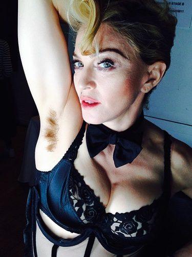 Madonna enseña su axila sin depilar