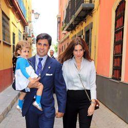 Fran Rivera, Lourdes Montes y su hija Carmen disfrutando del Jueves Santo 2017 en Sevilla
