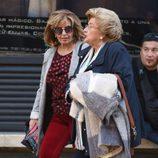 María Teresa Campos por las calles de Málaga con una amiga en Semana Santa 2017