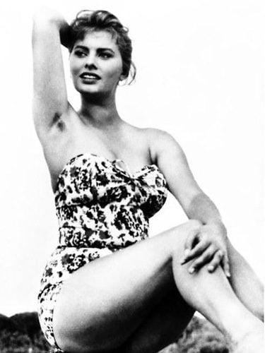 Sophia Loren posando con sus axilas sin depilar