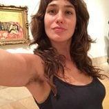 Lola Kirke posa en Instagram con las axilas sin depilar