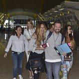 Algunos de los concursantes de 'Supervivientes 2017' en el aeropuerto de Madrid