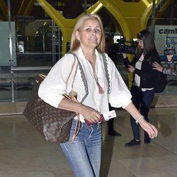Lucía Pariente despidiendo a su hija Alba Carrillo en el aeropuerto de Madrid