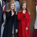 La Princesa Leonor y la Infanta Sofía saludando en la Misa de Pascua 2017