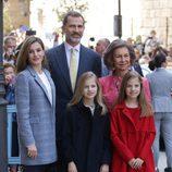 Los Reyes, sus hijas y la reina Sofía en la tradicional Misa de Pascua 2017