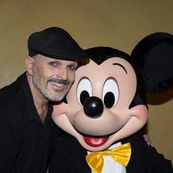 Miguel Bosé posando al lado de Mickey Mouse