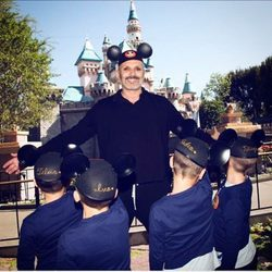 Miguel Bosé publica una foto con sus cuatro hijos en las redes por primera vez en Disneyland