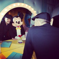 Miguel Bosé con Mickey Mouse en un espejo