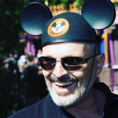 Miguel Bosé con las características orejas de Mickey Mouse en Disneyland