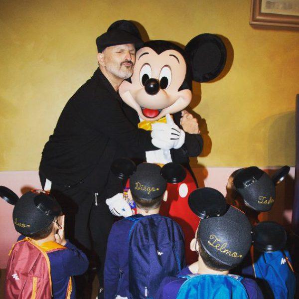 Miguel Bosé disfruta con sus hijos en Disneyland