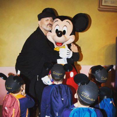 Miguel Bosé abrazando a Mickey Mouse con sus cuatro hijos