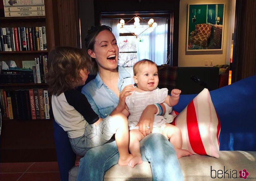 Olivia Wilde junto a sus hijos Otis y Daisy en Pascua