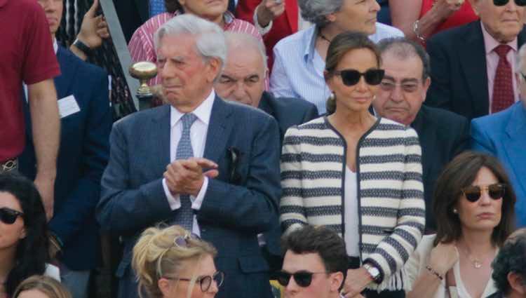 Mario Vargas Llosa e Isabel Preysler en la corrida del Domingo de Resurrección 2017 en Sevilla