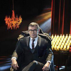 Jorge Javier Vázquez vestido de vampiro en una imagen promocional de 'Supervivientes 2017'