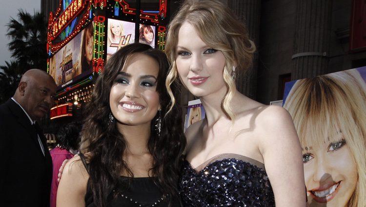 Demi Lovato y Taylor Swift en la premier de la película 'Hanna Montana' en 2009