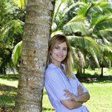 Alba Carrillo apoyada en una palmera posando como concursante de 'Supervivientes 2017'