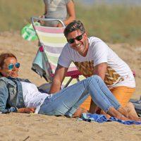 Toño Sanchís con su mujer Lorena en las playas de Cádiz en Semana Santa 2017