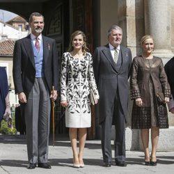 Los Reyes Felipe y Letizia con Soraya Sáenz de Santamaría, Íñigo Méndez de Vigo y Cristina Cifuentes en la entrega del Premio Cervantes 2016