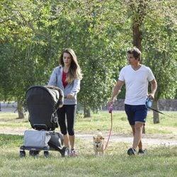 Carlos Baute y Astrid Klisans pasean con su hijo Markuss y sus perros